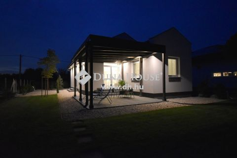 Eladó Ház, Bács-Kiskun megye, Kecskemét - 80 m2-es új-építésű családi ház napelemmel, 700 m2-es telken