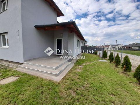 Eladó Ház, Fejér megye, Székesfehérvár - Székesfehérvár csendes, kertvárosi részén modern családi ház